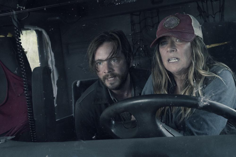 Aaron Stanford as Jim, Mo Collins as Sarah- Fear the Walking Dead _ Season 4, Episode 14 - Photo Credit: Ryan Green/AMC