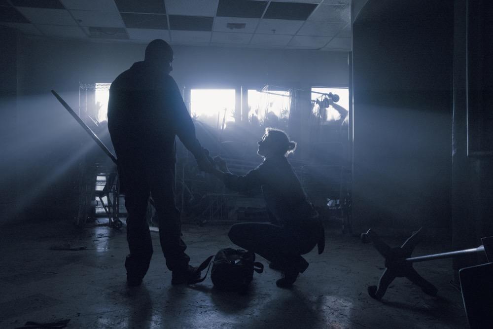 Lennie James as Morgan Jones, Jenna Elfman as Naomi- Fear the Walking Dead _ Season 4, Episode 14 - Photo Credit: Ryan Green/AMC