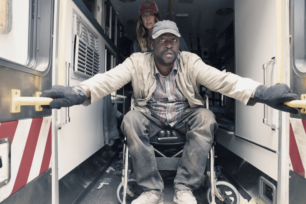"""Mo Collins as Sarah, Daryl """"Chill"""" Mitchell as Wendell - Fear the Walking Dead _ Season 4, Episode 15 - Photo Credit: Ryan Green/AMC"""